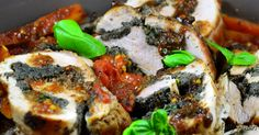 Filet mignon de porc farci aux champignons, olives et basilic, délicieux ! Pour faire cette recette, vous pouvez demander à votre boucher d'ouvrir le filet mignon ou vous pouvez le faire vous-même, c'est très facile. Si vous avez des doutes, vous pouvezcliquer ici, Julia vous montre avec plusieurs photos comment procéder. Ici, j'ai cuit mes légumes et ma viande en même temps dans la même casserole, c'est donc un plat complet, mais un accompagnement de pommes de terre est toujours bienvenu…