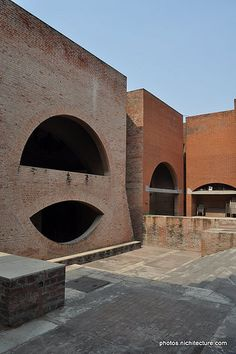 Indian Institute of Management, Ahmedabad - Management Development Center - Architect Anant Raje - Brick eye arch viewed from outside School Architecture, Modern Architecture, Brick Arch, Louis Kahn, Bungalow Exterior, Ludwig Mies Van Der Rohe, Industrial Living, Ahmedabad, Brutalist