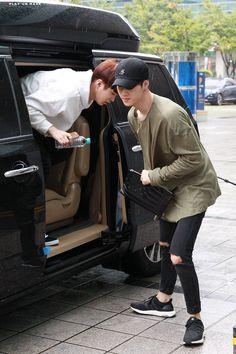 Hình ảnh được nhúng Fashion Mark, Daily Fashion, Boy Fashion, Mens Fashion, Kpop Outfits, Korean Outfits, Jaebum, Airport Style, Airport Fashion