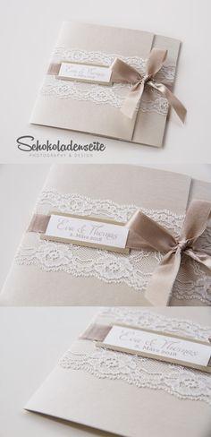 Eine edle Einladungskarte mit eleganter Spitze, exklusivem Papier und einem wundervollen Schleifenband. #invitation #hochzeitseinladung #schokoladenseitekarten #love #wedding #weddinginvitaion