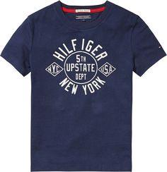 Klassisches Tommy Hilfiger Nylan T-Shirt mit Vorderprint und Rundhalsausschnitt. Das Logostitching befindet sich auf der Brust.100% Baumwolle...