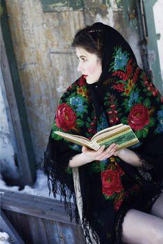 photo de mode : style russe, châle à motifs fleuris