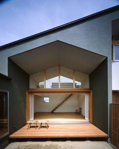近年特によく目にする屋外リビングともいうべきテラススペース。広々としたウッドデッキや濡れ縁風の空間は、まさに屋内と屋外の…