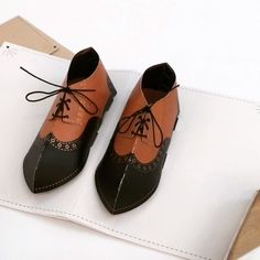 A pair of laced-up brogues sport a hidden message on the inner soles. Featuring copper foil, string, and a matching printed envelope. Arte Pop Up, Pop Up Art, Kirigami, Paper Pop, Diy Arts And Crafts, Foam Crafts, Paper Magic, Paper Crafts Origami, Diy Cards