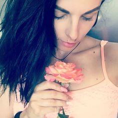 Floral morning🌷 Нравится мне все в персиковых тонах сейчас😸 #gm#floral#rose#newmanicure #loveit #follow#like#summer #cute #followme #photooftheday #mondaynight #beautiful #brunette #picoftheday #лето #girls #макияж#instagirl  #sexy #naturalbeauty #селфи #красота #instadaily  #instagood #лайки #фото #любовь #девушки Natural Beauty from BEAUT.E