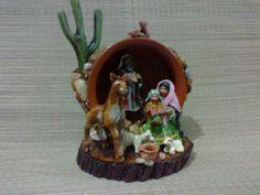 Pesebre navideño con características del norte argentino realizado en porcelana. http://www.pinterest.com/monicaeugeniar/gente-menuda-artesanias/
