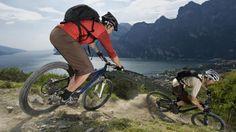 Wenn es mal etwas rasanter sein darf: Downhill auf dem Mountainbike – die Fahrer werden wohl kaum die Aussicht auf den Gardasee genießen können