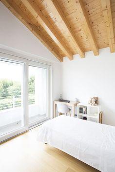 Una villa realizzata secondo i principi dell'illuminazione naturale, con finestre per tetti che fanno entrare la luce zenitale in tutti gli ambienti.