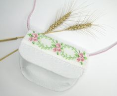 Romantická dievčenská kabelka, vhodná k letnému outfitu. S týmto handmade, originálnym kúskom budete výnimočná 😉 Cross Body, Safari, Coin Purse, Glamour, Wallet, Purses, Handmade, Fashion, Pocket Wallet