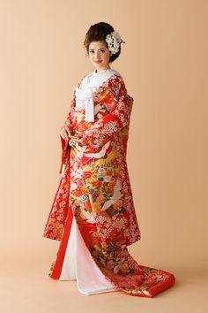 日本伝統の美しさを見直され、人気を集めている和装婚。 伝統的な婚礼衣装である白無垢や色内掛。 特に白無垢は和式の挙式のみに許される衣装です。 日本人として生まれ、日本ならではの伝統衣装で門出の日を迎えたい! というのはごく自然なことです。 でも、花嫁さんにとっては和装ならではの耳慣れない言葉や衣装選び、立ち振舞いなどたくさんあり、「憧れるけど大変なのでは?」と思ってしまいますよね。 そんな不安や疑問を少しでも解消できる情報をお伝えできればと思います!