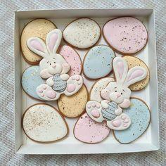 Вот и прянички в комплект к тортику. Для украшения и услащения праздничного стола. Кстати, в этом году христиане и католики празднуют Пасху в один день. Такое бывает очень редко! #Пасха #Easter #eastercookies