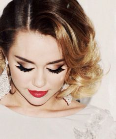 That eye makeup! The black V with winged out lashes and bronze shadows. #Miley