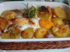 Patatas horneadas con huevos y ajos. Ver receta: http://www.mis-recetas.org/recetas/show/45157-patatas-horneadas-con-huevos-y-ajos