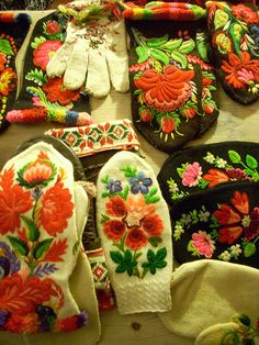Knitted items from Dala-Floda, Sweden Knit Mittens, Knitting Socks, Mitten Gloves, Hand Knitting, Hungarian Embroidery, Wool Embroidery, Cross Stitch Embroidery, Folklore, Onesie Pattern