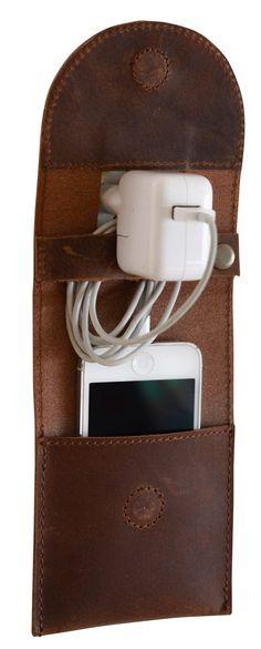 Du willst Dein Smartphone beim Aufladen sicher wissen? Dann haben wir hier das perfekte Accessoire für Dich! Mit dem Ladehalter aus robustem Büffelleder hast Du die Möglichkeit, Deine Smartphone sicher zu verstauen und aufzuladen - Lederaccessoire - Gusti Leder - 2E11-26-3