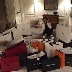 2 ♡ hon älskar att shoppa ständigt
