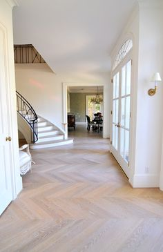 No Fail Hardwood Floor Colors for your Home! Hardwood Floor Colors, Hardwood Floors, Planchers En Chevrons, Floor Design, House Design, Chevron Floor, Wooden Flooring, Flooring Tiles, Home Fashion
