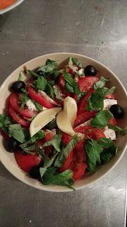 Smart food: Basilikum Tomatensalat mit Oliven und Feta-Käse