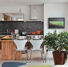 Adotar uma coifa é uma medida fundamental para evitar que o vapor e o cheiro da comida invadam o apartamento. Este modelo da Pulsar se adaptou ao duto da churrasqueira, substituída na reforma por um cooktop.