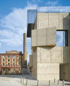À Berlin, Museum for Architectural Drawings Photo : Roland Halbe Le béton de quatre des cinq blocs qui composent le bâtiment a été gravé de dessins architecturaux aux allures de hiéroglyphes sorte de vitrine pour ce nouveau musée.