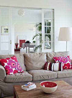 Sohvat on ostettu Ikeasta. Sisältä punaruskea, ulkopuolelta pitsipintainen kulho on ranskalaisen keraamikon tekemä. Jalkavalaisin on hollantilaisen Moooin mallistosta.   Funkkista viinitarhan raunioilla   Koti ja keittiö