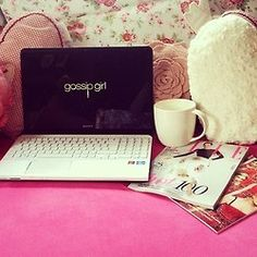 This pic would be perfect if there wasn't Gossip Girl on the laptop, but Pretty little liars instead