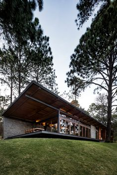 The Boathouse: a new definition to lakefront living! Steel Frame House, Steel House, Hillside House, Modern Mountain Home, Cool Tree Houses, Forest House, Jungle House, Dream House Exterior, Modern House Design