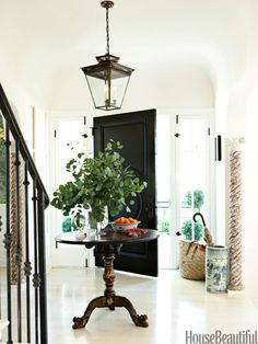 round entry table / Mark Sikes in House Beautiful Round Entry Table, Entry Tables, Round Tables, Sofa Tables, Patio Interior, Interior Exterior, Interior Design, Interior Doors, Design Entrée