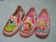 アニメのビニール靴 70年代後半頃~ 当時の人気アニメの柄を施した雨や泥汚れにも強いビニール素材の靴。 男の子向けはほとんどが白っぽい青、女の子向けはほとんどがピンク。
