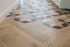 Prachtige vloer van mFlorshop in keuken, hal, trap en slaapkamer Tile To Wood Transition, Natural Wood Flooring, Entry Way Design, Hexagon Tiles, Modern Farmhouse Kitchens, Modern Kitchen Design, Floor Design, Wall Tiles, Vintage Kitchen