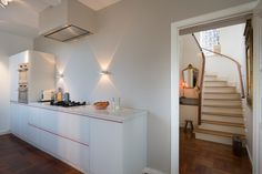 modern met klassiek interieur - keuken mesons - wandlampen vision Delta light modern and classic interior. classic stairway