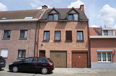 Grote gezinswoning met praktijkruimte of extra woonst. - 325.000€ - BRASSCHAAT - Ruime gezinswoning met praktijkruimte of extra appartement.  Op het gelijkvloers een inkomhal; garage; wasplaats; toilet en praktijkruimte verdeeld in 3 ruimten: 5 - 7 - 15 m2, lavabo aanwezig, zicht op tuin vanuit de grootste ruimte.  Het gelijkvloers kan ook omgevormd worden tot appartement.    Op de eerste verdieping (96 m2) een grote, lichte woonkamer (37 m2); volledig ingerichte keuken (2013); eetkamer (14…