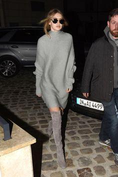 Классика: балахонистое платье-свитер и ботфорты
