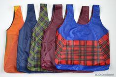 Cartamodello gratuito: la Shopper Portovunque! Recupera il telo da un ombrello o usa tessuto leggero per cucire una shopper bella che si infila dentro un sacchettino col cordoncino nascosto! #carryeverywhereshoppingbag | www.cucicucicoo.com