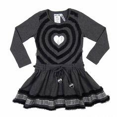 Lovely! Zilver hart met mooie lintafwerking. In de taille aan het eind van de koord twee zilveren harten. Te koop bij Meisjes kleding site Kinderjurken.com.