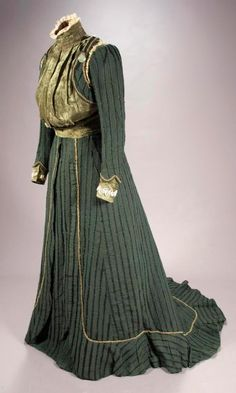 Walking dress, Seville, Spain, 1903. Bodice of green corduroy, velvet, and guipure lace. Silk skirt with black chenille trim. Short train. Museum of Arts & Traditions of Seville (Spain)