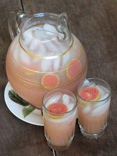 Agua de Guayaba: Licua 2 litros de agua, 6 guayabas grandes y azúcar al gusto. Cuela en una jarra y agrega hielos