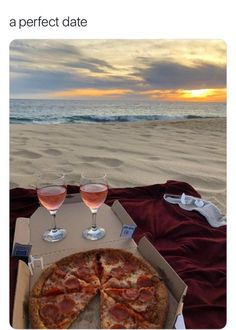 pizza picnic at the beach Summer Aesthetic, Aesthetic Food, Cute Date Ideas, 31 Ideas, Dream Dates, Perfect Date, Summer Goals, Summer Bucket, Summer Vibes
