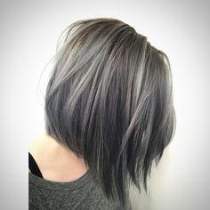 cabelo com corte long bob na cor cinza