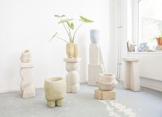 Yasmin Bawa uses Hempcrete, a sustainable mix of hemp fibers, lime, and plaster that she molds by hand into instantly recognizable, multi-faceted shapes. Skateboard Design, Art And Craft, Plant Species, Make Design, Home Decor Furniture, Furniture Ideas, Organic Shapes, Change The World, Hemp