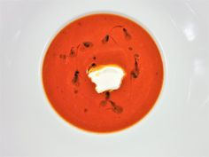 Tomatová polévka s nokem z mascarpone Thai Red Curry, Panna Cotta, Vegan, Ethnic Recipes, Food, Mascarpone, Dulce De Leche, Essen, Meals