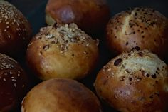 We love to make burger (and there is a recipe for a breakfast burger coming up soon) but what we don't like, are storebought burger buns. So we like to bake our own. They need some time but w…