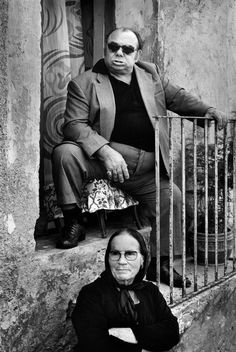Naples, A mafioso with his mother observes the life of the street. [Credit : Marc Riboud] Check out the 'tough guy' face! Marc Riboud, Vintage Photographs, Vintage Photos, Funny Family Photos, Fotojournalismus, Italian People, Henri Cartier Bresson, Vintage Italy, French Photographers