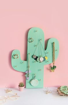Great DIY Schmuckhalter oder Ketten-Halter in Kaktus-Form ganz einfach selbst aus Holz… DIY jewelry holder or chain holder in cactus form easily made of wood yourself Chain holder for retouching with template for printing Diy Jewelry Unique, Diy Jewelry To Sell, Diy Jewelry Holder, Wooden Jewelry, Diy Jewelry Making, Jewelry Stand, Jewelry Kits, Cactus Decor, Cactus Cactus