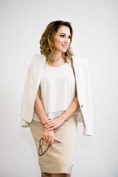 Blazer Zara off-white, com blusinha hollister tbm off-white. Saia nude Zara.   #GW10_30 #10peças30looks #consultoriadeimagem #imagem #moda #fashion #estilocontemporâneo #officelook #lookfeminno #nude #offwhite http://www.giwestphal.com