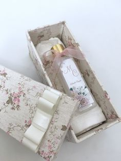 Decoupage, Sewing Courses, Baby Shower, Pretty Packaging, Box Cake, Blue Bird, Party Favors, Diy And Crafts, Gift Wrapping