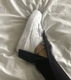 Learn how to clean white sneakers (Click in photo to watch). Dr Shoes, Hype Shoes, Me Too Shoes, Shoes Heels, Footwear Shoes, Sneakers Mode, Sneakers Fashion, Fashion Shoes, White Sneakers