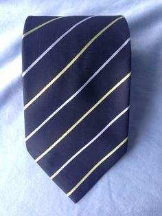 Here is a classic silk tie perfect for the holiday season. This tie is in perfect condition