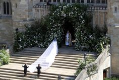 Meghan Markle Stuns in Her Dress at the Royal Wedding!: Photo Meghan Markle looks absolutely stunning while making her entrance into St. George's Chapel for the Royal Wedding on Saturday morning (May at Windsor Castle… Royal Wedding Harry, Harry And Meghan Wedding, Royal Weddings, Prince Harry Et Meghan, Meghan Markle Prince Harry, Princess Meghan, Princess Charlotte, Prince Henry, Wedding Veil