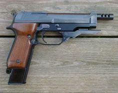 Berreta 93R / 9mm Parabellum / 15 coups / Le Beretta 93R (Rafales) est la version automatique du Beretta 92, tirant par rafales de 3 coups. C'est l'héritier du Beretta M951R.  Il a été commercialisé en 1979 à la demande des services secrets italiens et n'est plus produit.